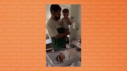 Juliano Cazarré leva os filhos para conhecerem irmã caçula na maternidade