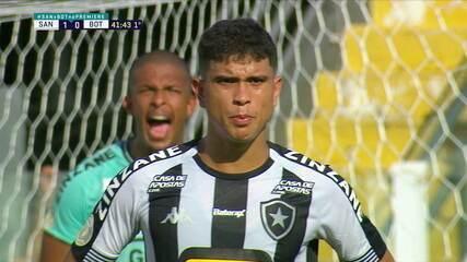 Kevin, Kevin! Goleiro do Botafogo grita para lateral se deslocar na barreira, aos 41 do 1º tempo