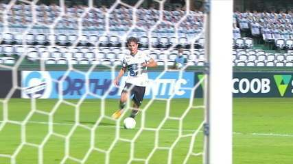 Gol do Coritiba! Natanael recebe bola em profundidade e toca na saída do goleiro, aos 32' do 1T