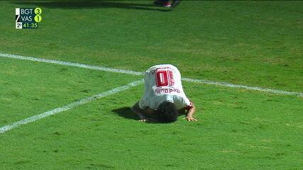 Lance do terceiro gol do Bragantino, que gerou críticas da direção do Vasco pela não marcação de falta em Andrey