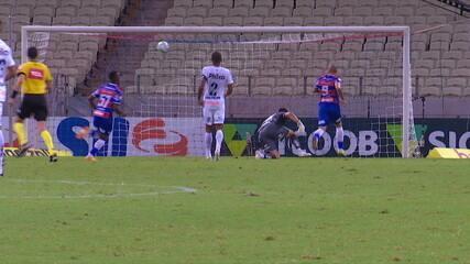 Gol do Fortaleza! Wellington Paulista recebe na cara de João Paulo e toca por cima, aos 20' do 2T