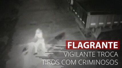 VÍDEO: Câmeras registram momento em que vigilante troca tiros com criminosos em Jataí