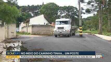 Após asfalto ser colocado em bairro de Quatro Barras, postes vão parar no meio da rua