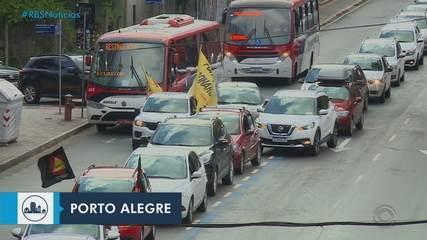 Manifestantes fazem carreata a favor da vacina e contra Bolsonaro, em Porto Alegre