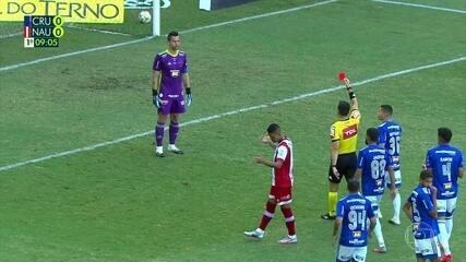 Quarto árbitro chama o juiz do jogo, que volta atrás e expulsa Fábio