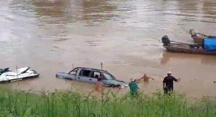 No AC, analista de sistemas flagra momento em que caminhonete cai em rio