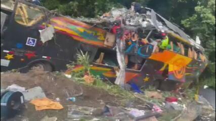 Acidente com ônibus mata 19 no Paraná.