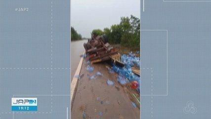 Caminhão com galões de água mineral tomba na BR-210, entre Macapá e Porto Grande