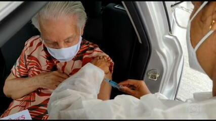 Idosos com mais de 90 anos começam a ser vacinados contra covid
