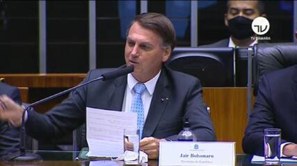 Bolsonaro é recebido aos gritos de fascista no Congresso e apoiadores gritam 'mito'