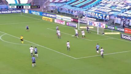 Pepê, do Grêmio, tenta pegar a sobra, mas fura feio o chute, aos 34 do 2º tempo