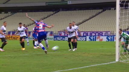 Gol do Fortaleza! Wellington Paulista desvia de letra na pequena área para marcar, aos 38' do 2T