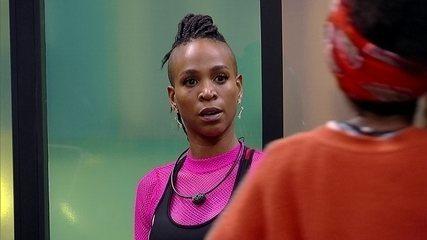 Karol Conká conversa com Lumena na academia do BBB21 sobre Carla Diaz