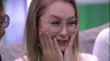 Carla Diaz se emociona com Presente do Anjo