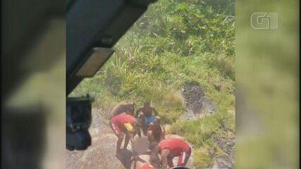 Helicóptero Águia resgata turista que escorregou de encosta em São Vicente, SP