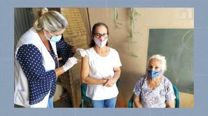 VÍDEO: Com mais de 60 anos, mãe, filha e avó são vacinadas no mesmo dia em SP
