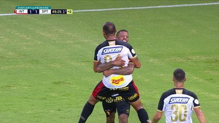 Gol do Sport! Patric cruza alto, Lomba vacila ao achar que bola saiu, e Júnior Tavares toca para Dalberto desempatar, aos 49 do 1º