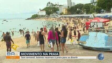 Praia do Porto da Barra tem movimento intenso de baianos e turistas neste sábado