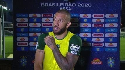 """Após sofrer lesão no jogo, Fernandão afirma: """"Tem que fazer de tudo para jogar contra o Bragantino"""""""