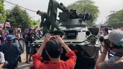 Depois de domngo de protestos, ruas de Mianmar amanhecem com tanques
