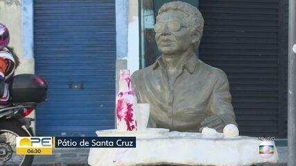 Estátua de Reginaldo Rossi é pichada menos de 20 dias após ser inaugurada