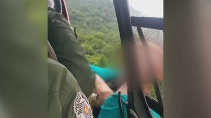 Vídeo mostra resgate de grupo que ficou ilhado após formação de cabeça d'água
