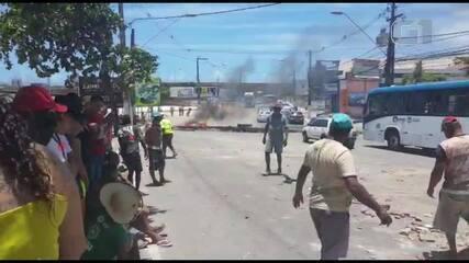 Carroceiros bloqueiam Ladeira Geraldo Melo, no Poço, em Maceió