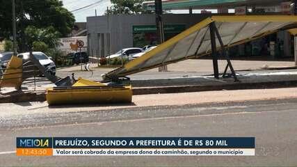 Caminhão derruba ponto de ônibus em Maringá