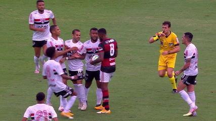 Clima esquenta em campo com desentendimento entre Daniel Alves e Gerson, aos 33 do 2º tempo
