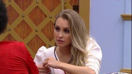 Carla Diaz confessa a João Luiz que está sentindo sisters se afastando dela no BBB21