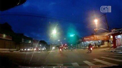 Motociclista cai ao tentar empinar motocicleta em avenida de Goiânia; vídeo