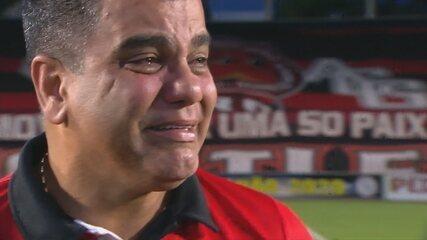 Marcelo Cabo se emociona ao anunciar saída do Atlético-GO para o Vasco