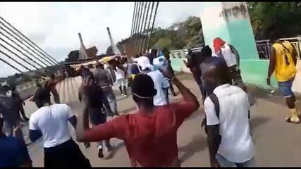 Retidos no AC sem conseguir passar para o Peru há 15 dias, imigrantes fazem protesto