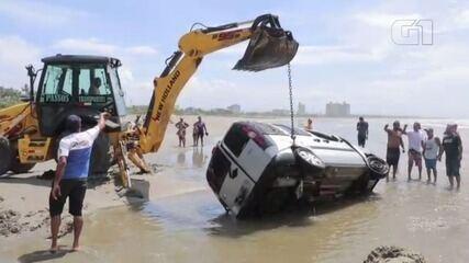 Remoção de carro emprestado que ficou submerso em praia levou quatro horas
