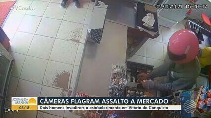 Câmeras de segurança registram momento em que homens assaltam mercado no sudoeste da Bahia