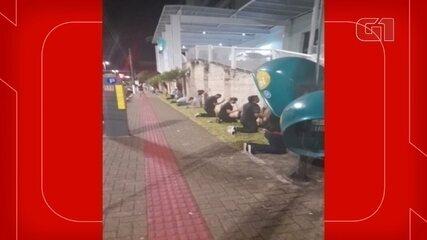 Parentes de pacientes com Covid-19 fazem corrente de oração em frente a hospital de SC