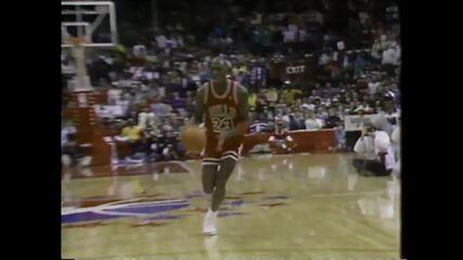 Michael Jordan vindo na diagonal e enterrando (1988)