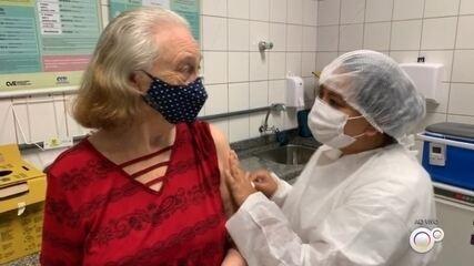 Botucatu recebe novas doses e retoma vacinação contra Covid para idosos de 77 a 79 anos