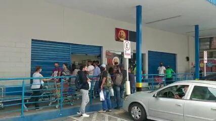 Supermercado registra fila na tarde deste sábado em SP, 1º dia de fase vermelha