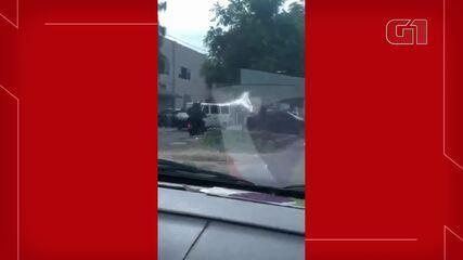 Uma pessoa que acompanhava a gestante filmou os policias acompanhando o carro.
