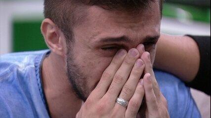 Arthur chora com Presente do Anjo