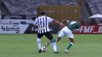 Hulk, do Atlético-MG, ganha disputa no braço com Franco e o juiz deixa o jogo seguir
