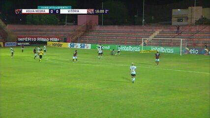 Guilherme Feitoza aproveita boa jogada ofensiva e quase marca, aos 16' do 2T