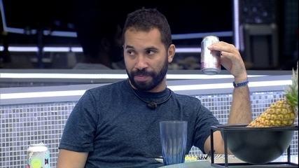 No BBB21, Gilberto revela a Arthur que já foi noivo