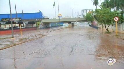Chuva forte em Bauru provoca alagamentos e enxurrada arrasta carros nas ruas da cidade