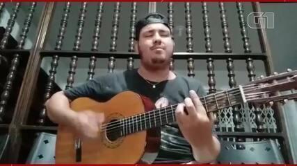 Vídeo de Diego Argenton cantando para a esposa no aniversário dela