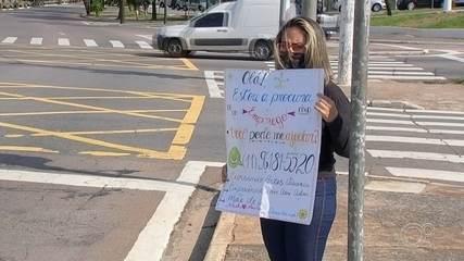 Mulher consegue entrevistas após usar cartaz para pedir emprego em semáforo de Jundiaí