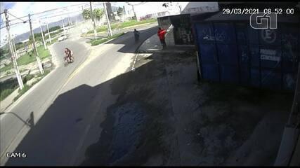 Câmeras flagram momento em que estátua de padre Cícero desaba em Maracanaú