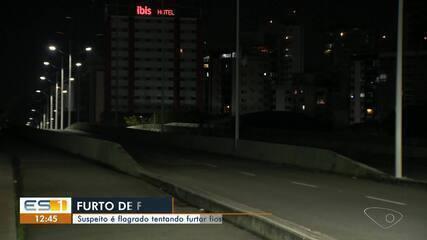Homem foi flagrado roubando fios de cobre na Ponte Ayrton Senna, em Vitória