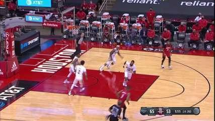 Iwundu dá longo passe para Adams fazer a cesta para os Pelicans